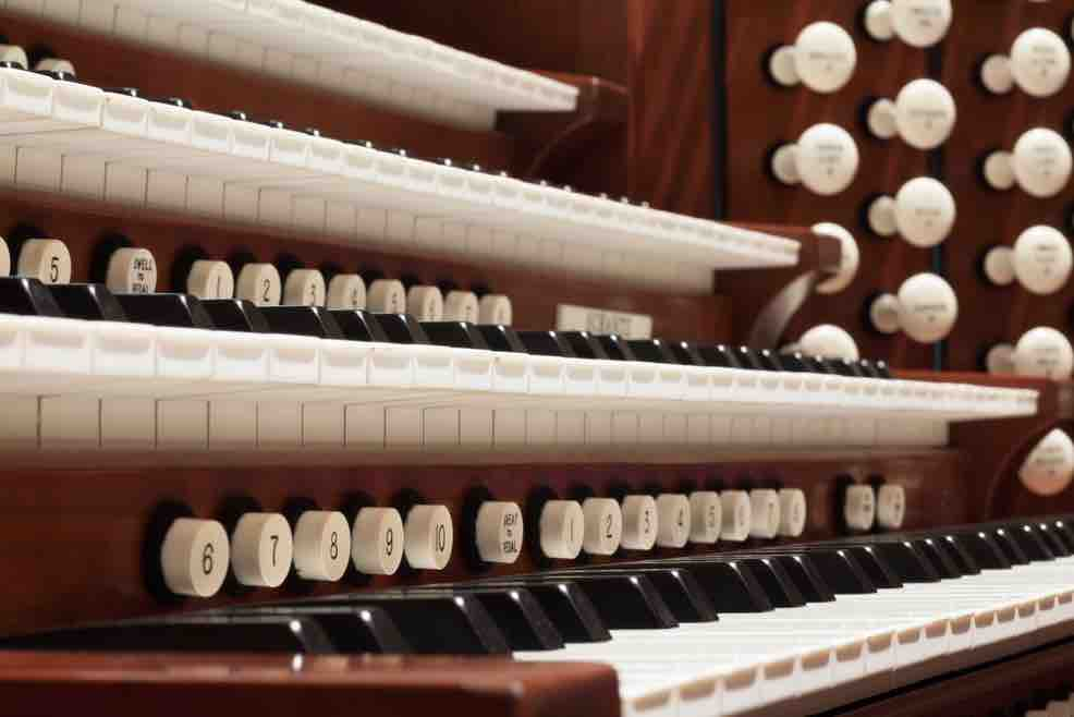 Picture of organ keyboards and stops